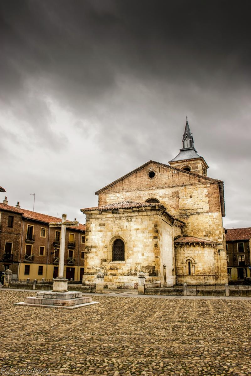 Plaza e iglesia de Santa María del Mercado, León (España)